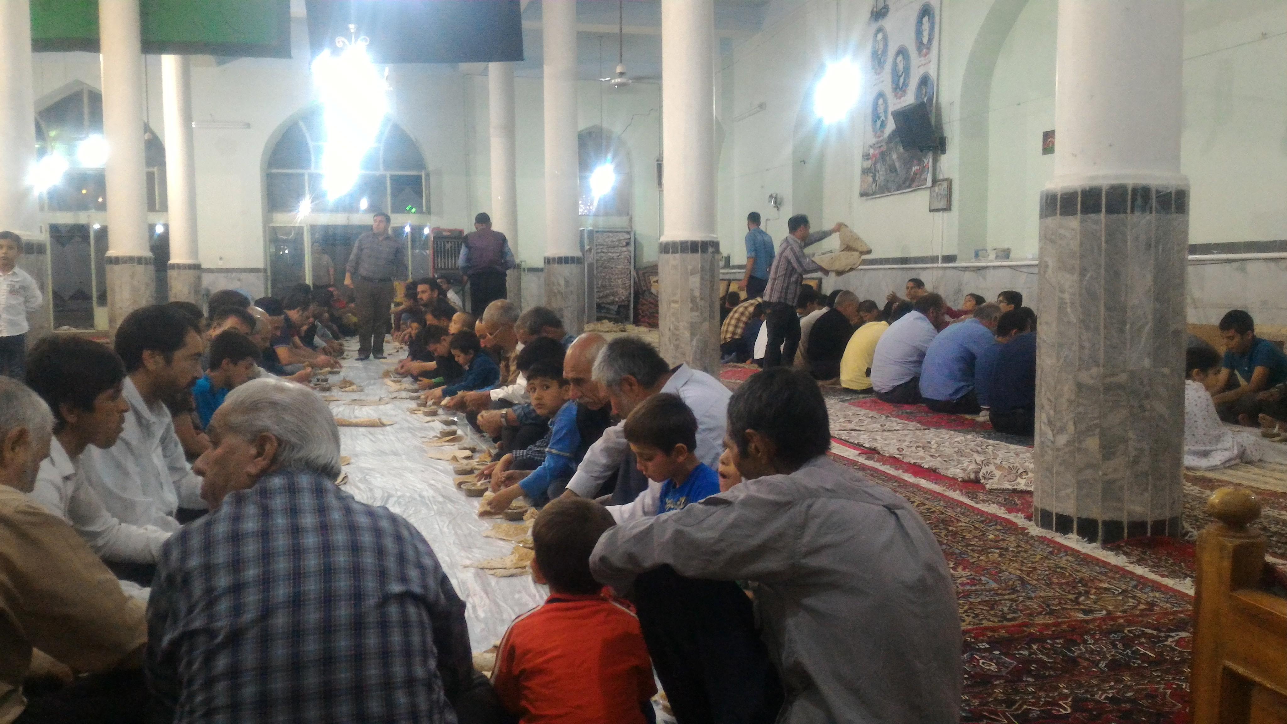 فلاورجان/ضیافت افطاردرمسجد امام حسن عسگری(ع) روستای دشتچی برگزارشد