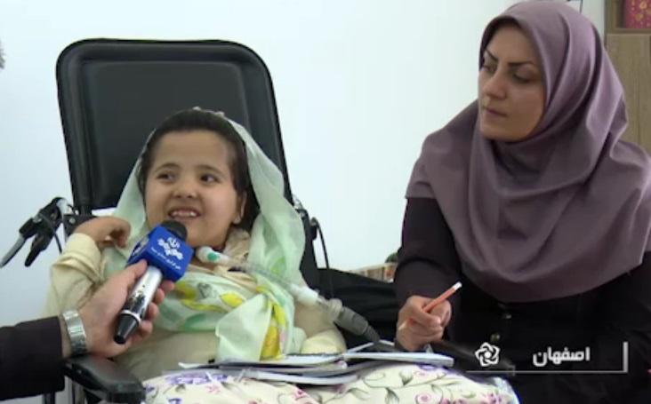 قراری از جنس مهربانی/ آموزش دختر معلول جسمی حرکتی توسط معلم حق التدریس در روستای طاد  +فیلم
