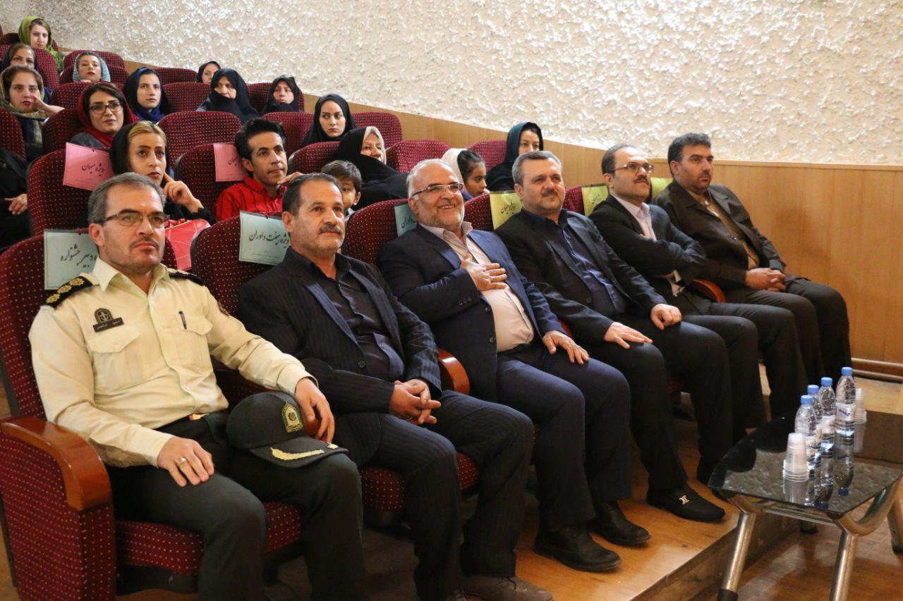 آیین پایانی نخستین جشنواره استانی تئاتر طنز خیابانی دفاع مقدس برگزار شد