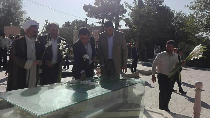 غبار روبی و عطر افشانی گلزار شهدای خط شکن شهرستان فلاورجان برگزارشد