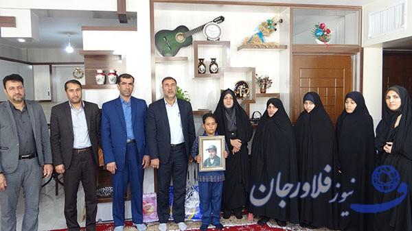 دیدار معاون آموزش ابتدایی آموزش و پرورش اصفهان با خانواده شهید مدافع وطن
