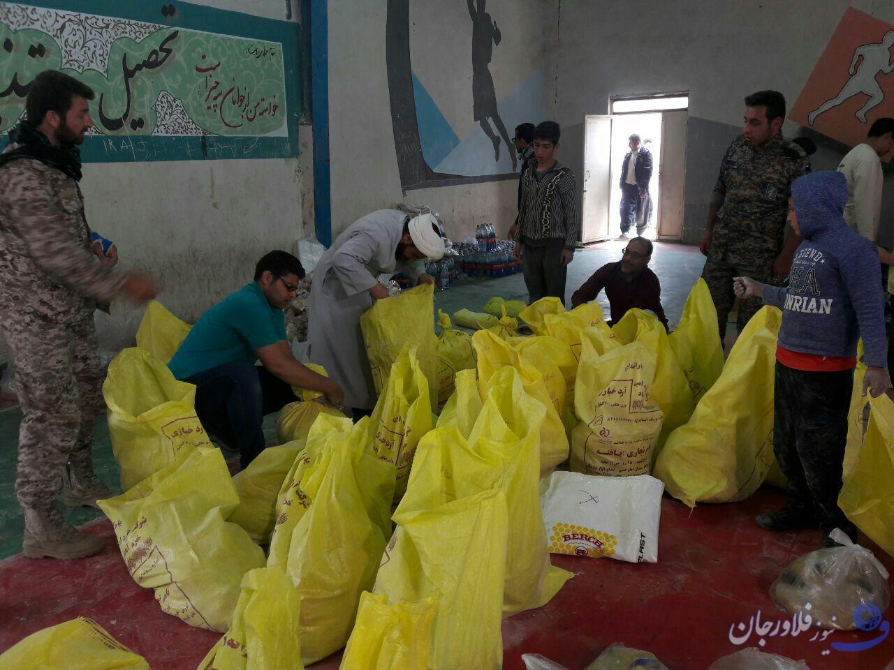 فلاورجان  / اولین محموله کمک های مردمی روستای هویه به سیل زدگان دراستان لرستان ارسال شد