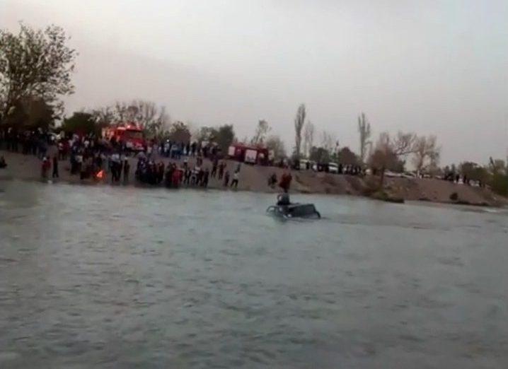 سقوط خودروی پاترول در رودخانه زاینده رود
