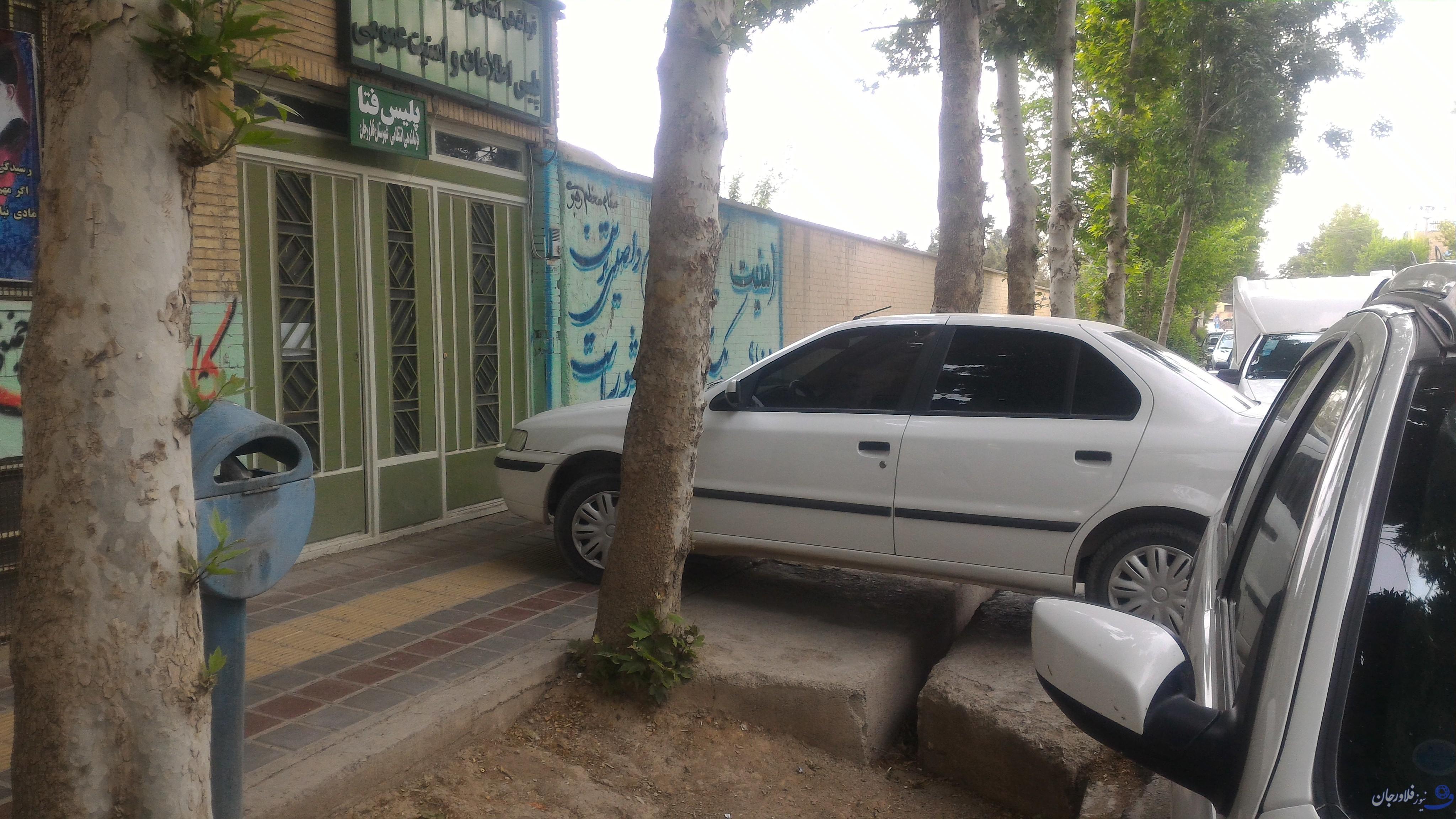 پارک خودرو در پیاده روها نقض حقوق عابران/مجریان قانون لطفا پارک نفرمایید