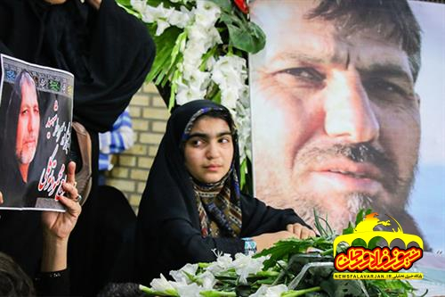 کمک خانواده شهید به دانش آموزان نیازمند قبل از انجام مراسم خاکسپاری