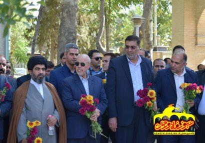 ادای احترام استاندار اصفهان  به مقام شامخ شهدا در قهدریجان