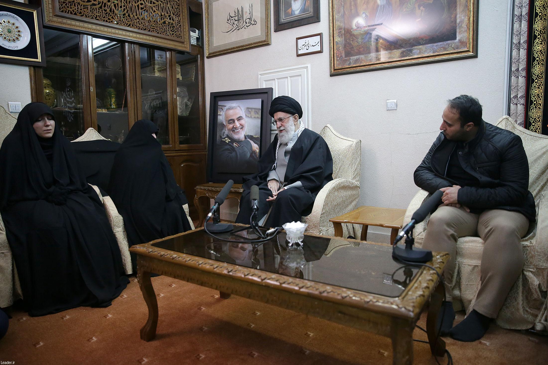 حضور رهبر معظم انقلاب اسلامی در منزل سردار شهید سپهبد حاج قاسم سلیمانی
