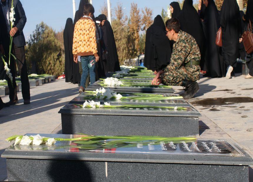 آیین غبار روبی مزار مطهر شهدا در هفته بسیج درشهرستان فلاورجان