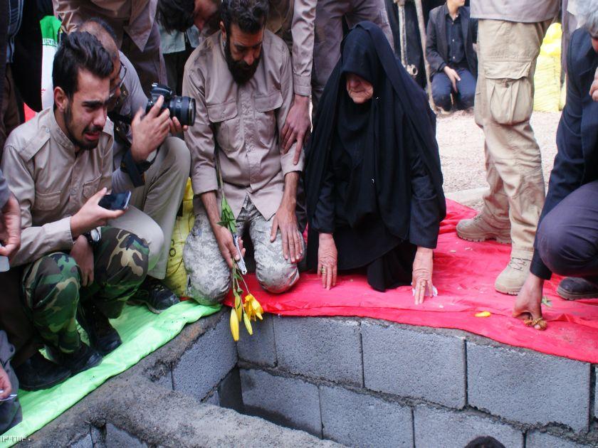 بدرقه و خاکسپاری شهیدان  گمنام با حضور مادر شهید جاویدالاثر