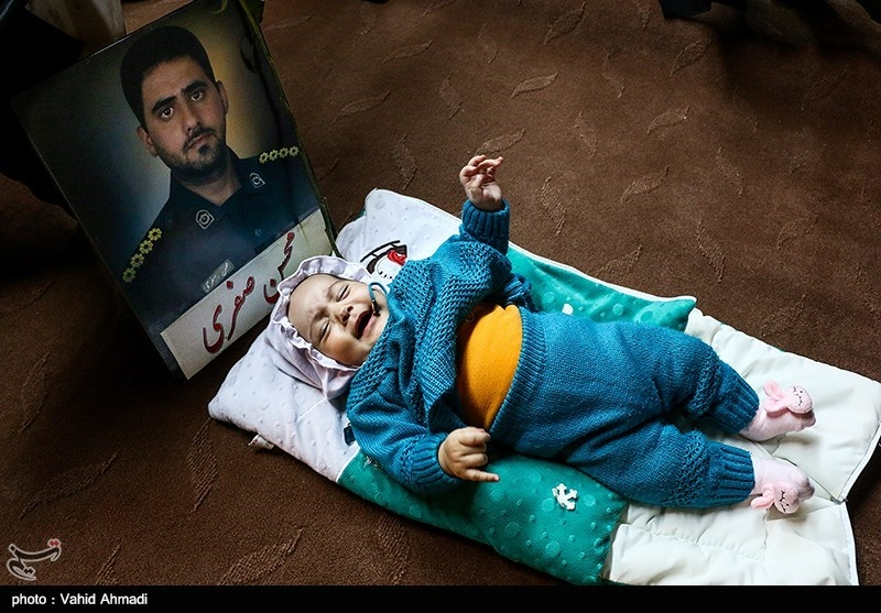 تصویر فرزندسه ماهه یکی از شهدای حادثه تروریستی جاده خاش-زاهدان